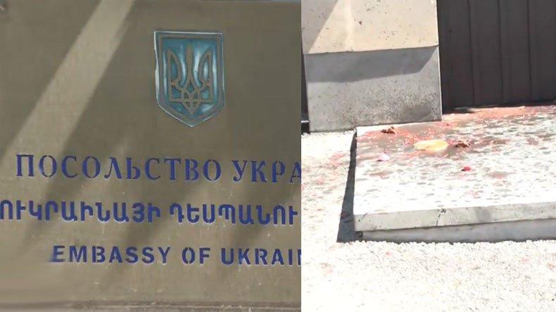 Посольство Украины облили борщом