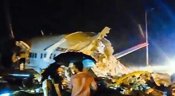 Літак розколовся навпіл: в Індії сталася авіакатастрофа — фото