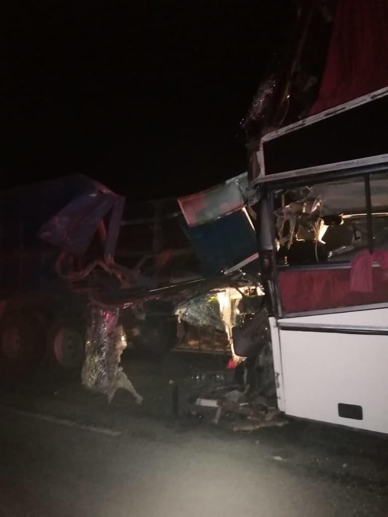 У Росії пасажирський автобус зіткнувся з КамАЗом, є загиблі – фото