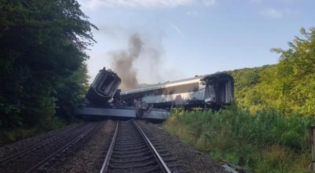 поезд сошел с рельс в шотландии