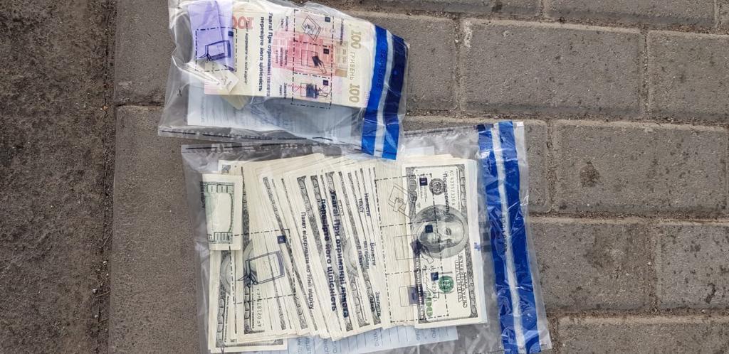 Начальник Тернопільської податкової разом сином попався на хабарі в 40 тисяч доларів