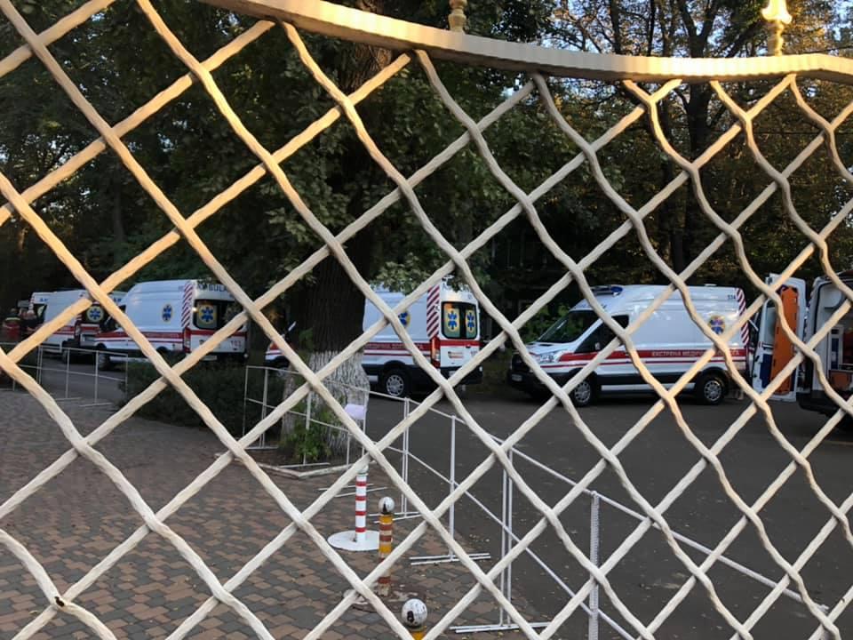 В Одесі різко погіршилася ситуація з COVID-19: в мережі показали чергу з «швидких» під лікарнею