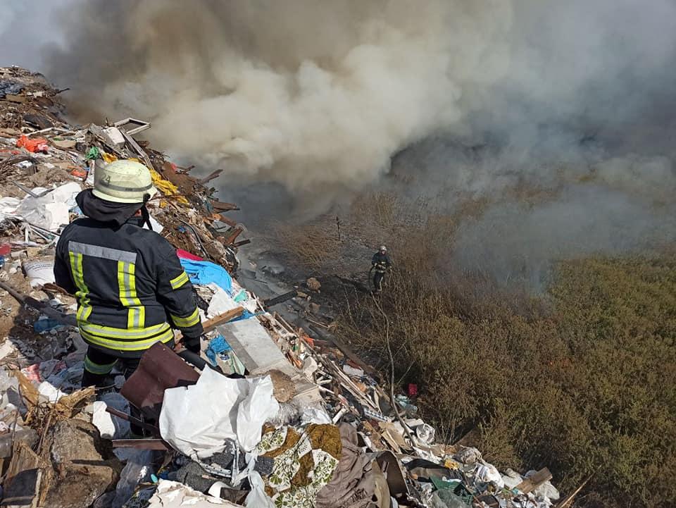 Київ поглинув їдкий дим і туман: горять торфовища – фото, відео