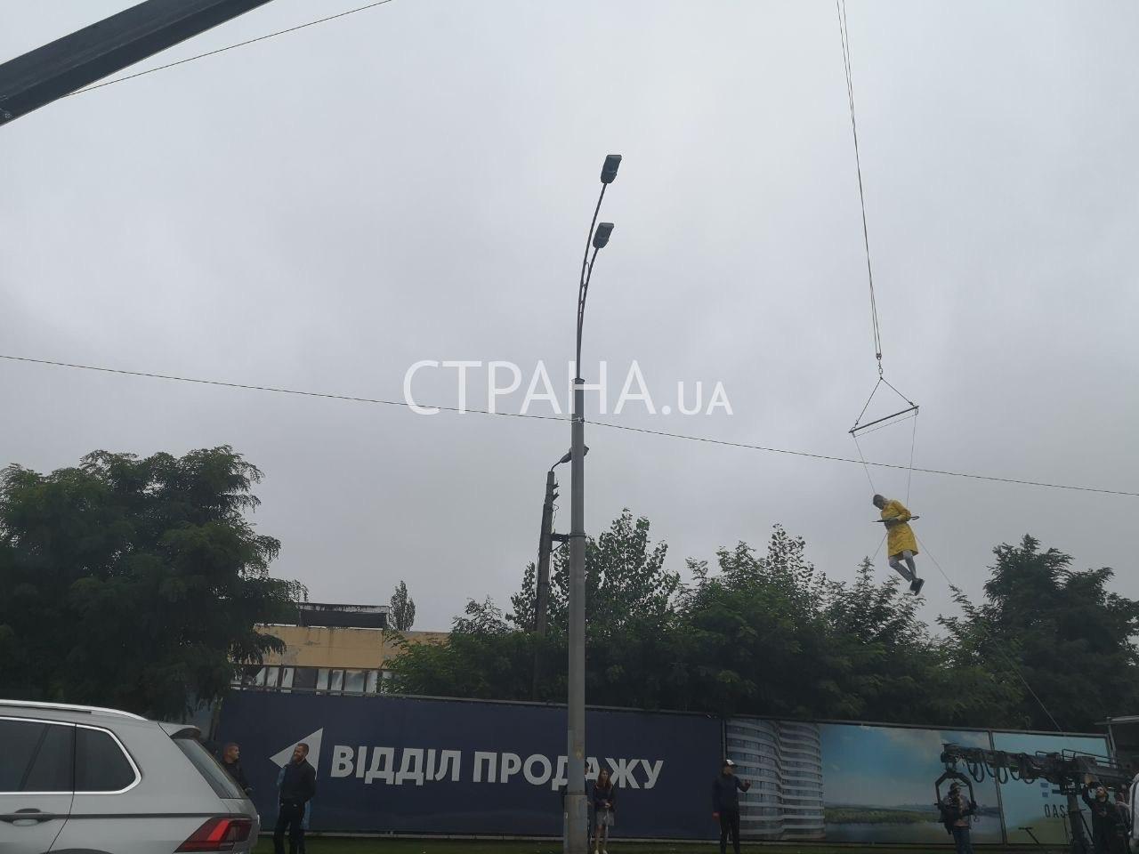 Кандидат в мери Києва Верещук «пролетіла» над столицею на парасольці – фото